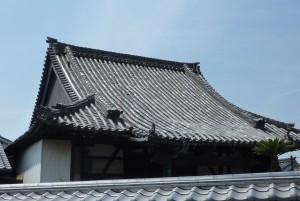 【工事事例】淡路産段付飛鳥野瓦を使用して、お寺の瓦屋根を軽量化。土葺きから空葺きへ。
